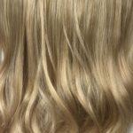 Parochňa polovičná – kučeravé vlasy.Zlatá blond